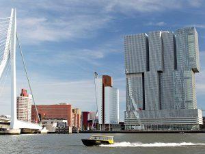 Titanen Tour_Maas-watertaxi-Erasmusbrug-De-Rotterdam-Tours Rotterdam architectuur maand 2019